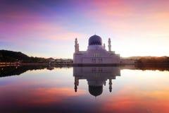 Reflexión de espejo de la mezquita majestuosa en Kota Kinabalu Sabah imagen de archivo