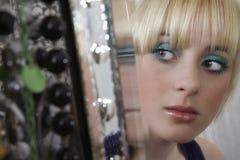 Reflexión de espejo de la muchacha que mira lejos Imagen de archivo libre de regalías