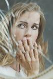 Reflexión de espejo de la mujer triste Imagen de archivo libre de regalías