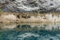 Reflexión de espejo en el lago fotografía de archivo