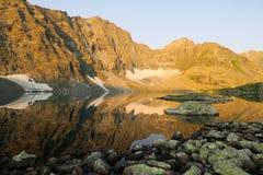 Reflexi?n de espejo de las monta?as en el lago Paisaje asombroso de la monta?a altai Lago Alla-Askyr foto de archivo