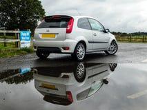 Reflexión de Ford Fiesta MK6 - parque eólico Fotos de archivo libres de regalías