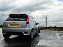 Reflexión de Ford Fiesta MK6 - parque eólico Foto de archivo libre de regalías