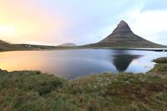 Reflexión de Kirkjufell, Islandia fotografía de archivo libre de regalías