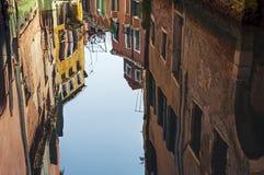 Reflexión de la arquitectura de Venecia en agua del canal Imagen de archivo libre de regalías