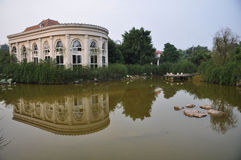 Reflexión de la casa en agua Imagen de archivo libre de regalías