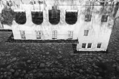 Reflexión de la casa en agua Fotos de archivo libres de regalías