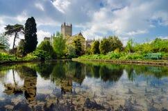 Reflexión de la catedral de Wells con la piscina y el parque Imagen de archivo libre de regalías