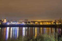 Reflexión de la ciudad con las luces de la noche en el lago imagen de archivo libre de regalías