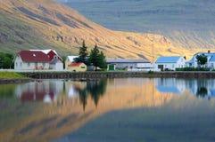 Reflexión de la ciudad de Seydisfjordur Foto de archivo libre de regalías