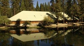 Reflexión de la construcción en el lago Foto de archivo