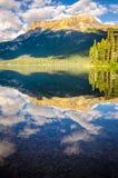 Reflexión de la cordillera y del agua, lago esmeralda, Canadá Imagen de archivo libre de regalías