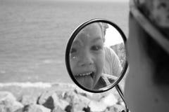 Reflexión de la familia en el espejo del ` s de la moto Foto de archivo