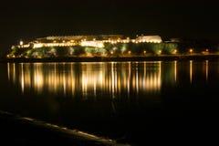 Reflexión de la fortaleza en el río Foto de archivo libre de regalías