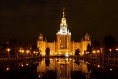 Reflexión de la fuente de la noche de la universidad de estado de Moscú Fotos de archivo
