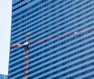 Reflexión de la grúa en las ventanas de Chicago Fotografía de archivo libre de regalías