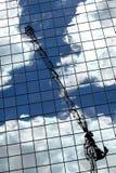 Reflexión de la grúa en un Skyscrape foto de archivo