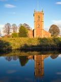 Reflexión de la iglesia y del río, País de Gales Imágenes de archivo libres de regalías