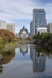 Reflexión de la infraestructura próxima en el palacio imperial de Tokio imagen de archivo libre de regalías