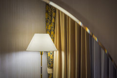 Reflexión de la lámpara y de cortinas en el espejo Fotos de archivo libres de regalías