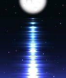 Reflexión de la luna sobre el agua contra negro Foto de archivo libre de regalías