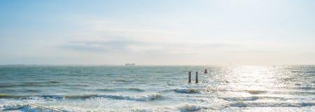 Reflexión de la luz del sol en la superficie del mar Fotos de archivo libres de regalías