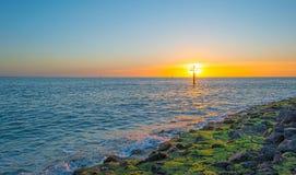Reflexión de la luz del sol en la superficie del mar Imagen de archivo libre de regalías