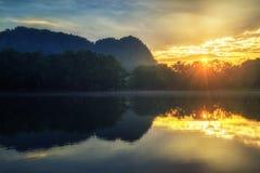 Reflexión de la luz del sol y del lago en Tailandia Imagenes de archivo