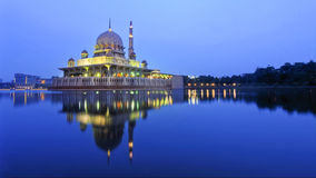 Reflexión de la mezquita de Putra durante hora azul imagen de archivo libre de regalías