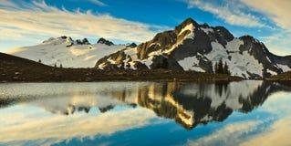 Reflexión de la montaña Imágenes de archivo libres de regalías
