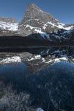 Reflexión de la montaña foto de archivo