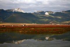 Reflexión de la montaña Imagenes de archivo