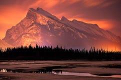 Reflexión de la montaña de la noche de Banff Imagen de archivo libre de regalías