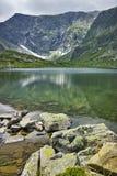 Reflexión de la montaña de Rila en el lago trefoil Foto de archivo libre de regalías