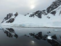 Reflexión de la montaña en el agua Foto de archivo libre de regalías