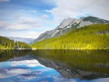 Reflexión de la montaña en el lago Imágenes de archivo libres de regalías
