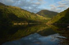 Reflexión de la montaña en la área remota en montañas escocesas Fotografía de archivo