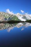 Reflexión de la montaña en la charca Imagen de archivo libre de regalías