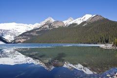 Reflexión de la montaña Nevado en Lake Louise - Banff, Alberta, Canadá Fotos de archivo