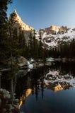 Reflexión de la montaña rocosa Imagen de archivo