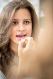 Reflexión de la muchacha adolescente con el lápiz labial Fotografía de archivo