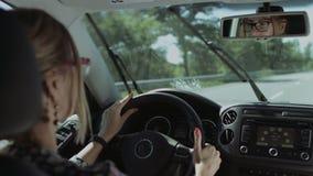 Reflexión de la mujer bonita en espejo de la vista posterior del coche metrajes