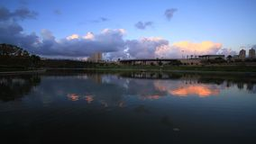 Reflexión de la nube en el lago almacen de video