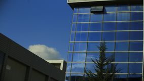 Reflexión de la nube en un edificio de oficinas almacen de video
