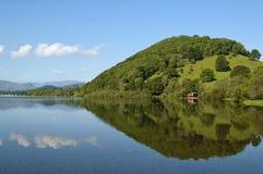 Reflexión de la orilla del lago Imagen de archivo