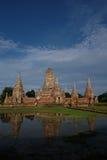 Reflexión de la pagoda y del agua en Wat ChaiWatthanaram fotos de archivo