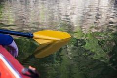 Reflexión de la paleta del kajak en el lago Imágenes de archivo libres de regalías