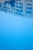 Reflexión de la piscina del hotel imágenes de archivo libres de regalías