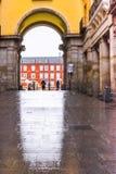 Reflexión de la puerta del alcalde de la plaza en Madrid Imagenes de archivo