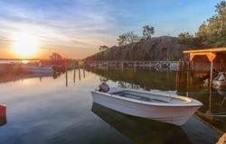 Reflexión de la puesta del sol de Aland en el agua Foto de archivo